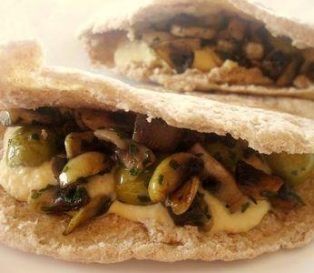 Pita de champiñones con humus en HazteVegetariano.com