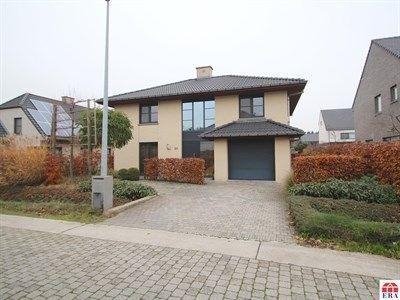 Huis te koop in Sint-Niklaas - 200m² - 449 000 € - Logic-immo.be - Uitstekend gelegen, moderne (2007), luxueuze, instapklare open bebouwing (493m²) met een mooi aangelegde tuin en een verwarmde zwemvijver in een residentiële wijk te Sint-Niklaas.  De goede ligging (r...