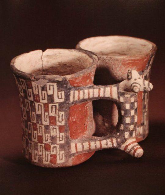 Alfarería Diaguita. Es típico el uso de los colores blanco, negro y rojo, los diseños complejos y dibujos geométricos. Chile Cultura.