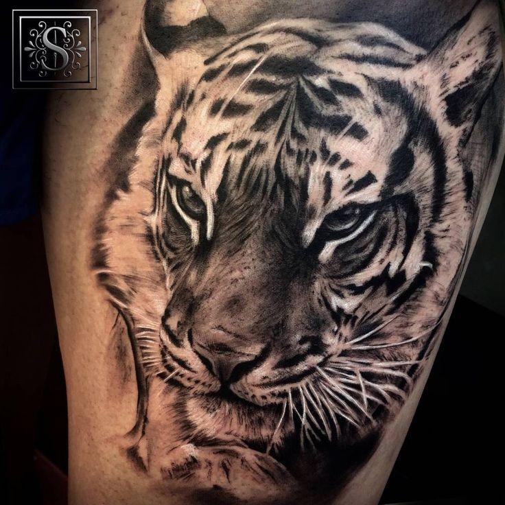 Tatuaje de un tigre de estilo black and grey situado en el muslo izquierdo. Artista tatuador: Sergio Fernández