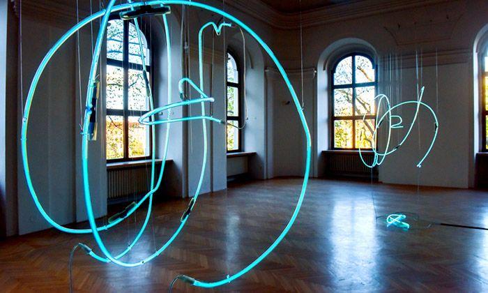 Pavel Korbička vytvořil z neonů Taneční kaligrafie