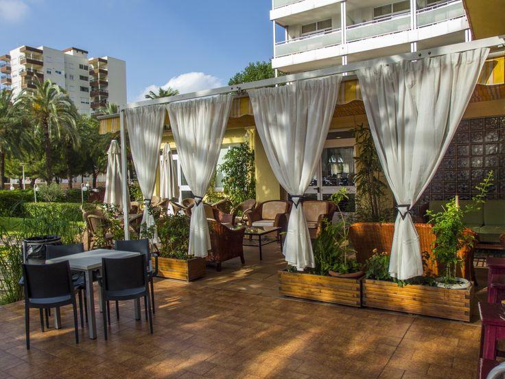 Terraza Chill Out en la piscina del Hotel Tres Anclas de la Playa de Gandia.