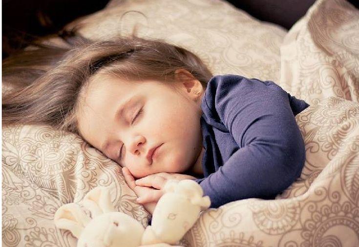 1226 小さなお子さんでも睡眠不足で食べ過ぎに    英ロンドン大(UCL)の健康行動研究センターの発表で2歳未満の子どもさんでも 睡眠不足になると食べ過ぎる事が判明。 その結果 大人になってから肥満の傾向や その他 食べ過ぎに関わる健康上の問題を抱える可能性が高まるそうです。 以前から 大人でも睡眠不足だと食べ過ぎて太りやすくなると言われてますよね。 最近の筑波大の研究では 睡眠不足で甘い食べ物が欲しくなるのは、脳の「前頭前皮質」と呼ばれる部分によることが、マウスの実験で分かったばかり。 その傾向がすでに2歳未満から始まっていたとは・・・