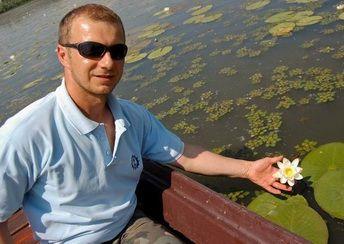 a tündérrózsa virága fehér - mutatja Kiss Ferenc.   most a legpompásabb tündérvirág-mezők az örvényi morotvában és a Tiszavirág ártéri sétaúton nyílnak. Egy-egy virág tíz napig pompázik, majd újabbak nyílnak. #Tiszató