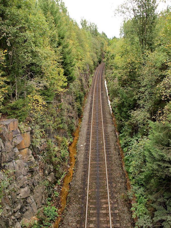 Карелия. Скалы Импилахти. Железная дорога, прорубленная в скалах рядом.
