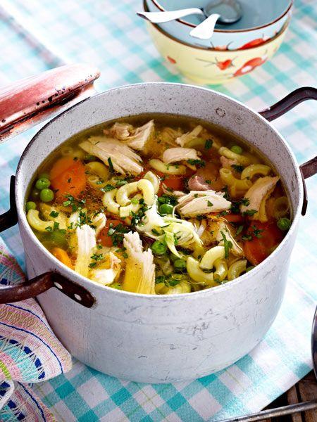 Hühnersuppe nach alter, italienischer Art. Diese Mamma hat eine ganz bestimmte Zutat für ihre würzige Brühe verwendet: Tomatenmark.