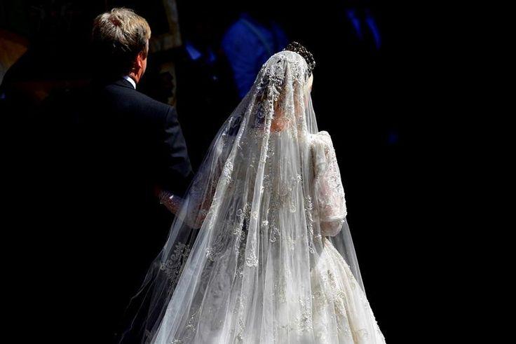 Braut Ekaterina Malysheva läuft mit ihrem Vater in die Kirche. Quelle: Alexander Körner
