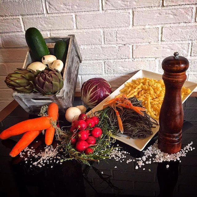 Eccoli! Alcuni ingredienti per il nostro #pranzo di oggi:  Menù Business Lunch:  Tagliolini al nero di seppia con zucchine e scampetti  Boccoli in crema di funghi e carciofi Cosciotto di pollo fritto  Filetto muggine in salsa allo zafferano e arselle  Radicchio,carote e ravanelli  Patatine fritte  CHIAMA ORA per prenotare!  #cagliari #foodporn #lunch #peekaboo #businesslunch #yum #instafood #golook #yummy #amazing #instagood #photooftheday #sweet #fresh #tasty #food #delish #delicious…