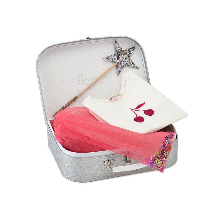 マルチカラーのグリッターをちりばめたスーツケース。裏地はマルチカラーグリッターのドット柄。チェリー型のスパンコールをあしらったペチコートスカート、チェリープリントのTシャツ、ヘアクリップがセットになってスーツケースに収められています。<br/>サイズ1は4〜6歳、サイズ2は8〜10歳の2サイズ展開。<br/>対象年齢4歳以上。<br/><br/>