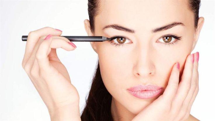 <span>Ögonskuggor appliceras ofta med pensel. Men det kan bli så mycket enklare att använda en skugga i pennformat.  Vi har testat tre varianter - vinnaren hittar du i bildspecialen.</span>