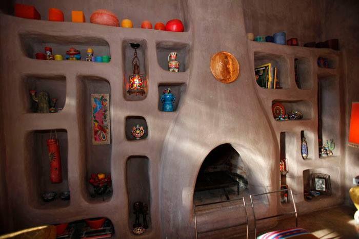 Pared con nichos y chimenea casa estilo mexicano http for Decoracion rustica para living