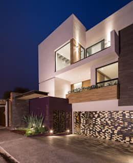 Fachada principal: Casas de estilo minimalista por URBN