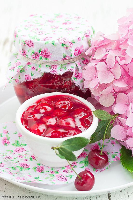 Frużelina z wiśni to jedne z moich ulubionych, letnich przetworów. Za wypiekami z wiśniami jakoś specjalnie nie przepadam, kompot czy sok wiśniowy są mi