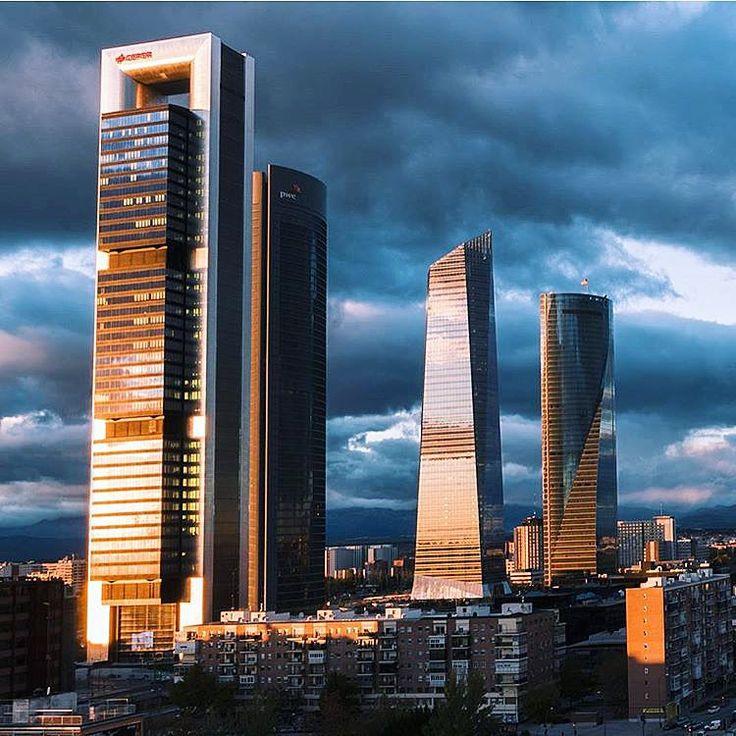 Los rascacielos de Madrid intentan tocar el cielo.