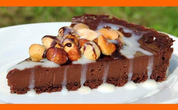 Nugátový čokoládový cheesecake (čískejk) Ak máte chuť na skutočne čokoládový koláčik a žiadne mdlé hnedé hmoty, skúste tento Ingrediencie Korpus: cca 200g kakaových sušienok Ja som použil ZLATÉ DERBY - OPAVIA 100 g klasického masla štipka soli Plnka 300 g Nutella 300 g Mascarpone štipka soli zvýrazní chuť čokolády Vrch + dekorácia mix orieškov 150-200g, …