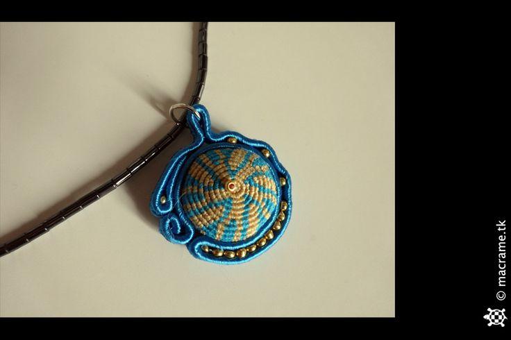 Sea and sand: soutache pendant with macrame core  Mare e sabbia: pendente in soutache con nucleo di macrame
