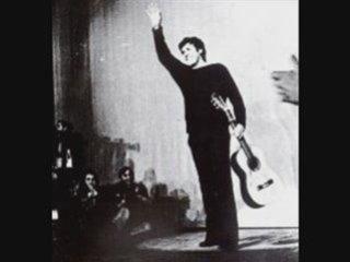 Paco Ibanez , A galopar (Le texte de cette chanson est en fait un poème de Rafael Albertí, poète militant, engagé dans le camp républicain, qui prit une part ardente aux activités de l'Alliance des intellectuels anti fascistes lors de la guerre civile. Il est mis en musique par Paco Ibañez.  Chanteur engagé)
