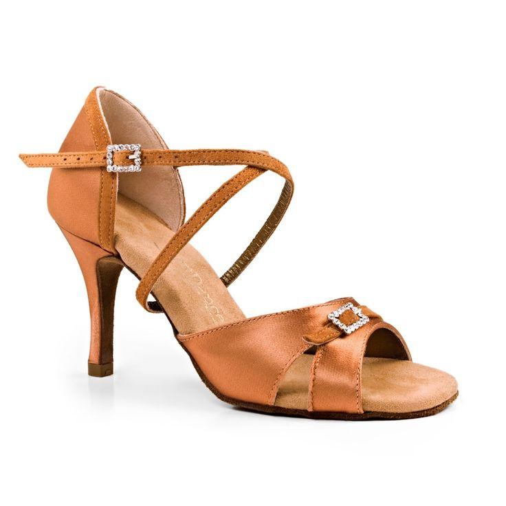 Denne smukke latin dansesko kommer fra PortDance og er udført i mørk bronze satin. Modellen PD135 Premium fåes hos Nordic Dance Shoes: http://www.nordicdanceshoes.dk/portdance-pd135-premium-moerk-bronze-satin-dansesko#utm_source=pin