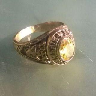 Anillo de graduación para licenciada en enfermería de la UNERG plata bañada en oro listo para entregar.... Felicitaciones licenciada Zulay Arias #graduación #Anillo #joyeria #Orfebrería #Plata #Engaste #Universidad #UNERG #Felicidades #promring #Prom #Ring #Silver #Gold #goldsmith #silversmithing #Jewelry #Graduated #university