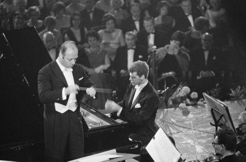 Fotocollectie » Dirigent Bernard Haitink met de Amerikaanse concert-pianist Harvey Lavan van Cli… | gahetNA