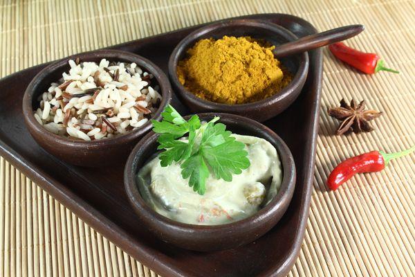 Piatto indiano a base di riso 3 continenti, curry e germogli di bambù.