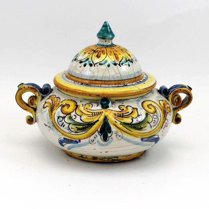Portabiscotti con manici in Ceramica di Caltagirone.  Dim: Largh. con manici cm 25, Altezza con coperchio cm 20.