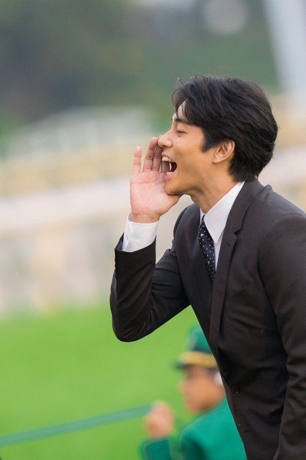 天皇賞で表彰式プレゼンターを務めた俳優の #東出昌大 さん。 スタンドのファンに向かって大声で、 「当たりましたかー?!」 と声をかけていた瞬間✨