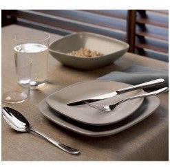Cubertería de 75 piezas en acero inox. 18/10, compuesta por: 12 cucharas de mesa, 12 tenedores de mesa, 12 cuchillos de mesa monoblock, 12 tenedores de postre, 12 cuchillos de postre monoblock, 12 cucharillas de café, 1 cazo de sopa, 1 cucharón de servir y 1 tenedor de servir. La firma alemana Arthur Krupp es la mejor elección para los que buscan un producto de calidad a buen precio. Diseños elegantes y funcionales fabricados con el acero más resistente.