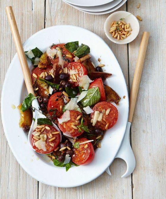 Kommt auf jeder Gartenparty gut an:  Dieser würzige Tomatensalat mit Pinienkernen, Kräutern und Parmesan. Der Geschmack nach Süden und Sonne!