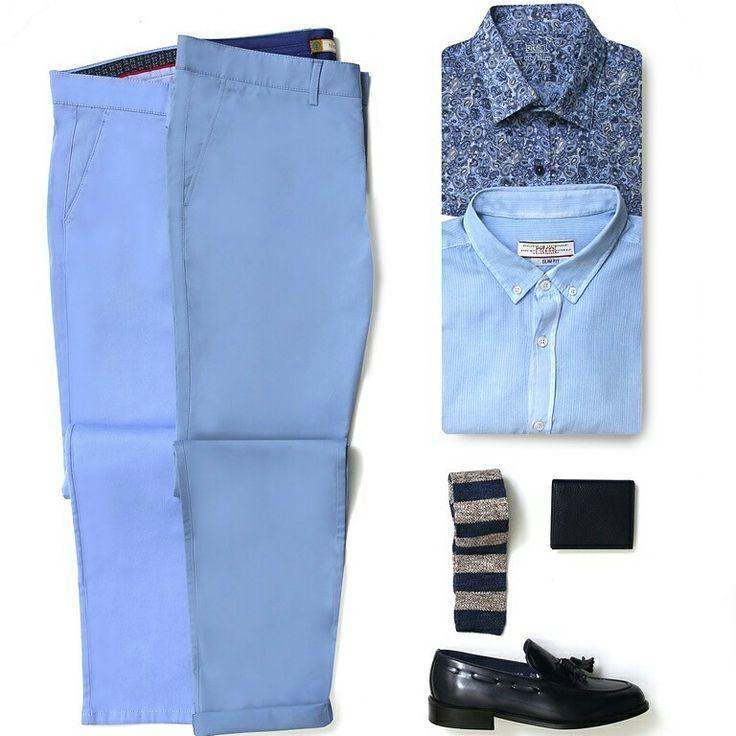 """Haftanın """"Free Friday"""" stilinde açık mavi pantolonla kombinlenmiş yine yakın tonlarda keten veya baskılı gömlek ile örgü kravat şıklığı var."""