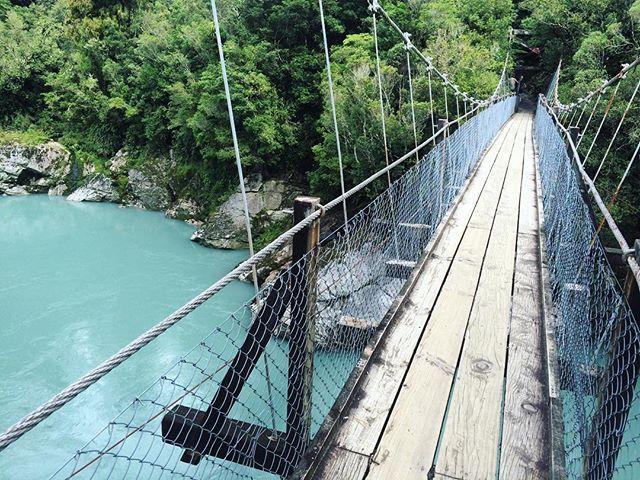 Swing bridge over turquoise blue water... Stunning Hokitika Gorge  Bloody good day off with my mates ! @nicolatje #hokitika #hokitikagorge #nzmustdo #newzealand #swingbridge #stunning #dayoff #turquoisewater #river #awesome # #comptoirdesvoyages_insolite2016