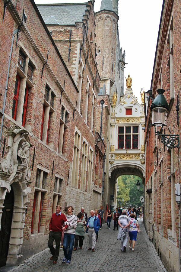 Pasaje en la plaza Burg de Brujas en Flandes Bélgica