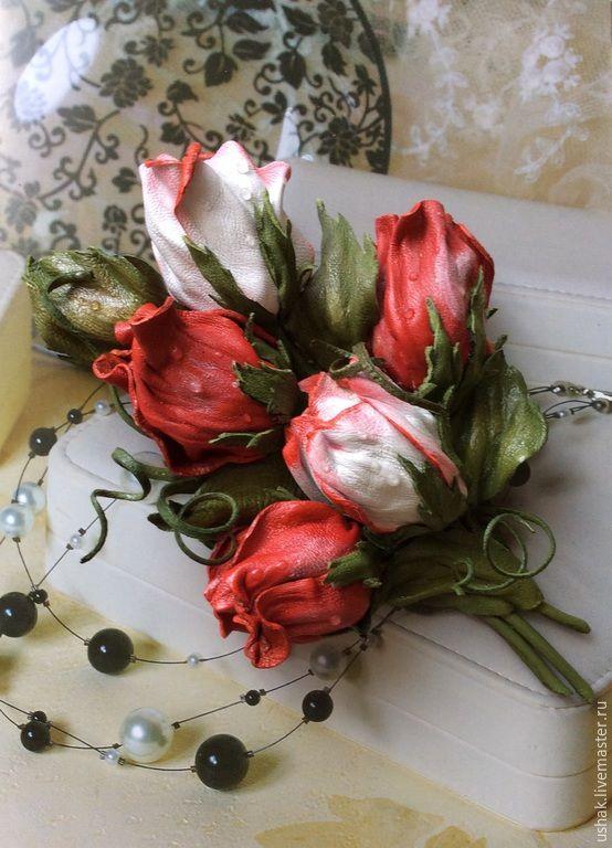 Купить Цветы из кожи. Брошь Букетик на удачу - ярко-красный, белый, зеленый, розы бутонные