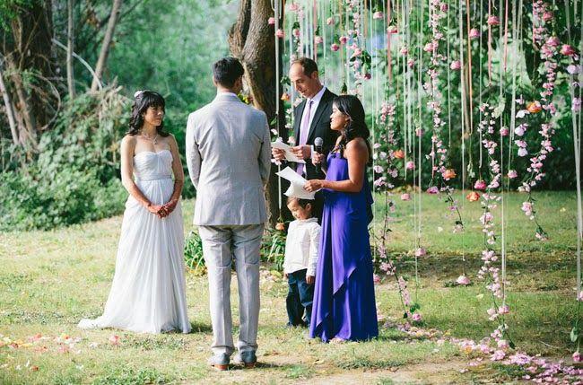 Casamento feito à mão: Cortina de flores e fitas {simples e delicado}