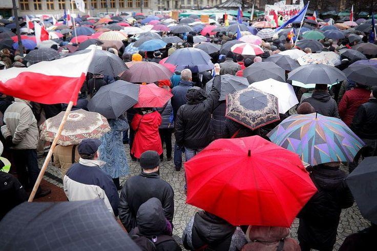 Interzicerea avortului în Polonia, oprit de proteste. Guvernul a renunţat la proiect