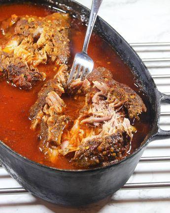 4. Dra sönder köttet med två gafflar och blanda ihop det med vätskan i grytan.