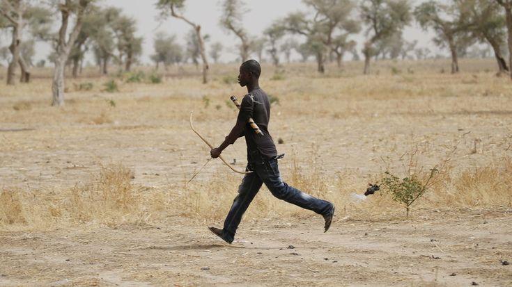 Les forces d'autodéfense sont parvenues à abattre une terroriste qui venait au Cameroun depuis le Nord du Nigéria, ravagé par Boko Haram. Alors que la femme refusait de s'arrêter, l'un des combattants l'a tuée d'une flèche empoisonnée - Publié le 4 mai 2016