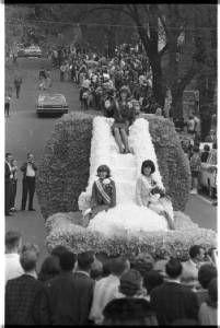 Ohio University homecoming parade float with homecoming queen and attendants, 1965 :: Ohio University Archives