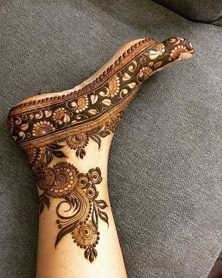 sooo beautiful // by @tanuusmani_henna . . . . . . #henna #mehndi #whitehenna #wakeupandmakeup #zentangle #boho #monakattan #flowers #hennadesign #tattoo #girlyhenna #art #inspo #hennainspo #hennaart #photooftheday #mendhi #hennaartist #hennatattoo #naturalhenna #bridalhenna #7enna #doodle #art #mandala #beauty #love #feather