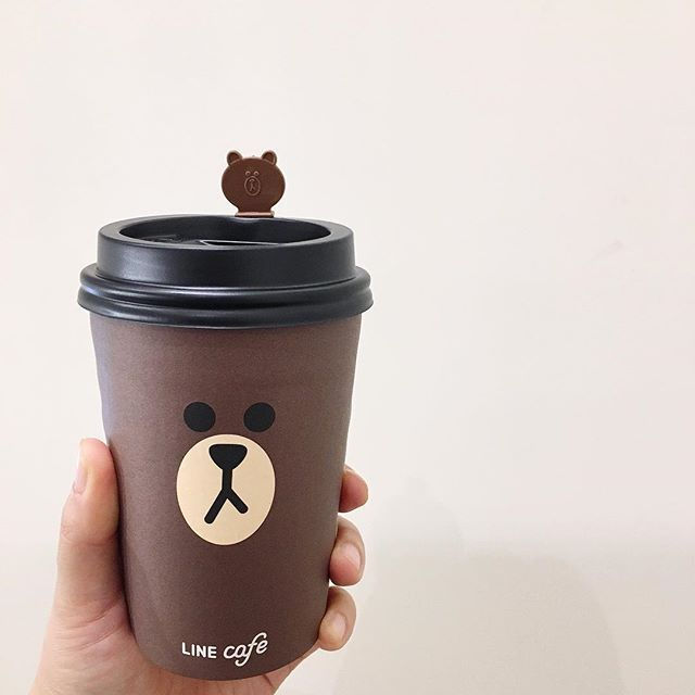 . . . #LINEFRIENDS #LINESTORE X #LINECAFE #가로수길 #라인프렌즈  #브라운 왜일캐 귀엽니  #papercup #packagedesign #seoul  #coffee #seoulcafe