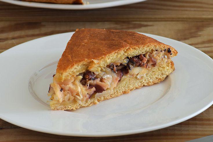 Te explicamos paso a paso, de manera sencilla, la elaboración de la receta de empanada de pulpo. Ingredientes, tiempo de elaboración