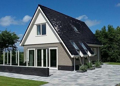 """Bungalow Zevenbergen  Description: NIEUWE VRIJSTAANDE MODERNE EN LUXE 6 PERSOONS BUNGALOW Bungalow """"Zevenbergen"""" is een nieuwe moderne en luxe vrijstaande 6 persoons bungalow. De bungalow ligt rustig en vrij gelegen in het noordelijke deel van het eiland Texel met in de onmiddellijke nabijheid natuurgebieden De Slufter en De Muy. Deze bungalow is gelegen op het erf van onze boerderij en heeft een eigen oprit. Door de mooie bomenhaag beschikt u over veel privacy. De bungalow isrook-en…"""