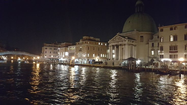 I am now for travel in Venetian, i love it is so romantic in night,amazing picture with love