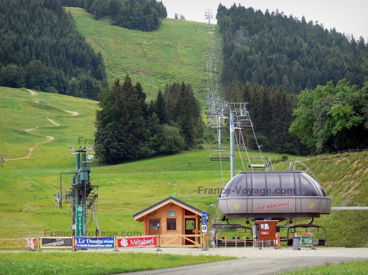 Métabief: Ski resort: Morond chairlift (ski lift), wooden hut, alpine pastures (high mountain pasture) and trees; in summer - France-Voyage.com