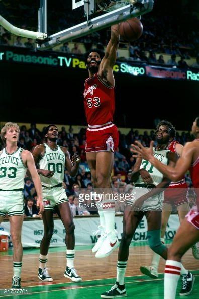 Fotografia de notícias : Artis Gilmore of the Chicago Bulls dunks against...