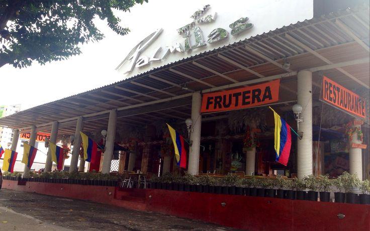 Con una multitud de banderas colombianas, el bar - restaurante Palmitas espera a sus clientes esta tarde