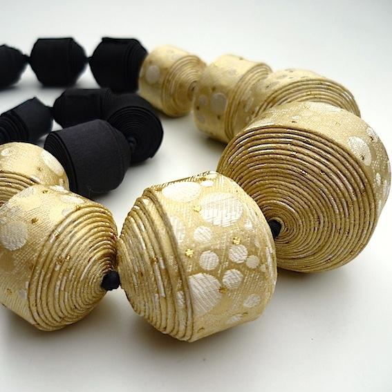 collier - perles en tissu roulé