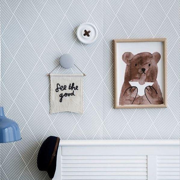 Fine tapeter og søte detaljer på barnerommet.  Bildet er fra www.corinakoch.com  #byggmann #hjemtildinedrømmer #barnerom #oppussing #pusseopp #interiør #inspirasjon #interiørinspirasjon