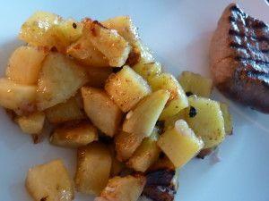 Ingrédients pour 2 personnes: - 400g de pommes de terre - 1 échalote - 1 gousse d'ail - 1 cuillère à soupe de fécule de pomme de terre (facultatif) - 1cuillère à soupe de vinaigre de riz - 1 cuillère à soupe de sucre - de l'huile pour la cuisson - 1 pincée...