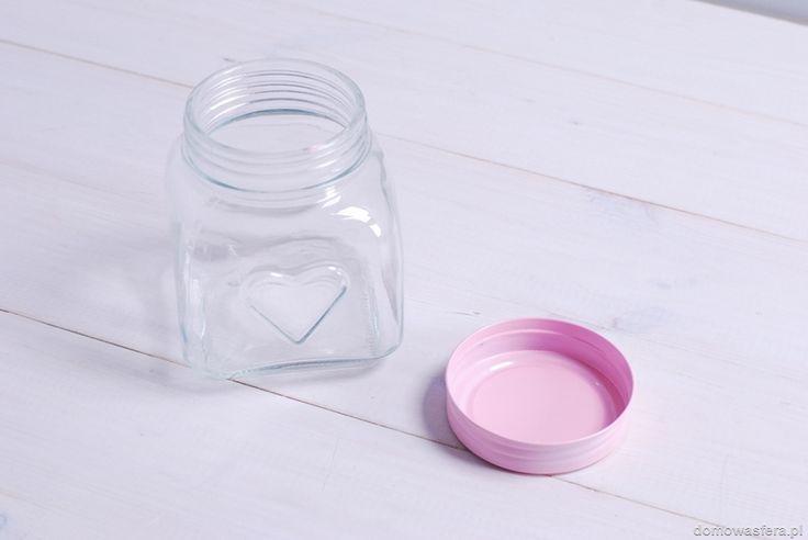 Słodki szklany słoik z wytłoczonym sercem oraz metalową zakrętką w pastelowym kolorze. Idealny prezent dla miłośniczki gotowania i pieczenia. Będzie pięknie prezentował się na kuchennym blacie lub parapecie.